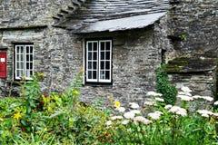 de 14de Eeuw Middeleeuwse die Boerderij eens ook als Postkantoor, Tintagel, Cornwall, Engeland wordt gebruikt Stock Afbeelding