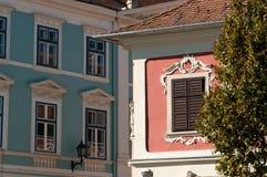 de 19de Eeuw Roze en Blauwe Gebouwen, Sopron, Hongarije Royalty-vrije Stock Afbeeldingen