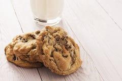 De de eigengemaakte Koekjes en Melk van de Chocoladeschilfer Stock Foto's