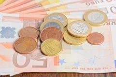 De de euro muntstukken en bankbiljetten van het geld Stock Fotografie