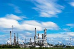 De de fabrieksindustrie van de olieraffinaderij met blauwe hemel en wolken Royalty-vrije Stock Foto