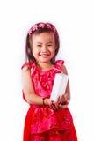 De de gelukkige consumptiemelk of yoghurt van het jong geitjemeisje Stock Foto's