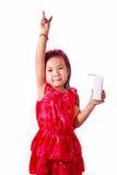 De de gelukkige consumptiemelk of yoghurt van het jong geitjemeisje Stock Foto