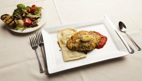 De de gepaneerde Borst en Salade van de Kip Stock Foto