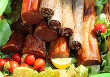 De de gerookte spieren en salami van het broodjesvarkensvlees op salade en tomaten Royalty-vrije Stock Afbeelding