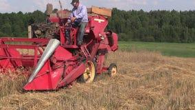 De de gerstinstallaties van de landbouwersoogst met maaidorser op gebied Royalty-vrije Stock Foto's