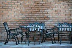 De de geslagen lijsten en stoelen van de metaalkoffie Royalty-vrije Stock Foto