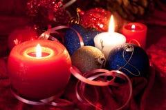 De de grote snuisterijen en kaarsen van Kerstmis op dark Royalty-vrije Stock Afbeelding