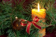 De de grote snuisterijen en kaarsen van Kerstmis op dark Stock Foto's