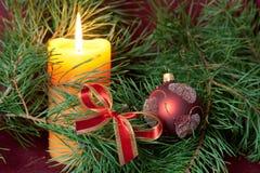 De de grote snuisterijen en kaarsen van Kerstmis op dark Stock Fotografie