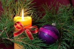 De de grote snuisterijen en kaarsen van Kerstmis op dark Stock Foto