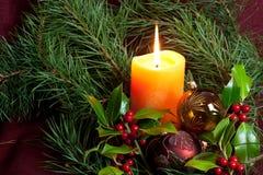 De de grote snuisterijen en kaarsen van Kerstmis op dark Stock Afbeelding