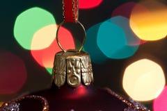De de grote snuisterijen en kaarsen van Kerstmis op dark Royalty-vrije Stock Fotografie