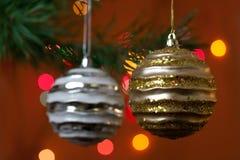 De de grote snuisterijen en kaarsen van Kerstmis op dark Royalty-vrije Stock Foto