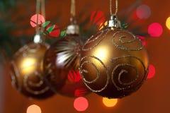 De de grote snuisterijen en kaarsen van Kerstmis op dark Royalty-vrije Stock Afbeeldingen