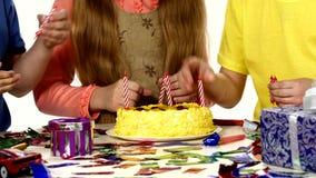 De de handendraai van kinderen zette hun kaarsen in stock footage