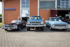 De de Hardtopcoupé van Chevrolet Chevelle SS396 ging, Dodge-centrum en Chevrolet c-10 van de Machtswagen W100 Fleetside-recht weg Royalty-vrije Stock Fotografie