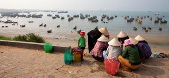 De de hoedenvrouwen van het bamboe verkiezen vissen om in markt te verkopen stock afbeelding