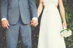 De de Holdingshanden van het huwelijkspaar, sluiten omhoog detail Stock Fotografie
