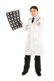De de holdingstomografie van de arts en het tonen beduimelen omhoog Royalty-vrije Stock Afbeelding