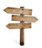De de houten post of weg van het pijlteken voorziet geïsoleerd van wegwijzers Stock Foto's
