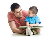 De de jong geitjejongen en papa lezen een boek Royalty-vrije Stock Afbeelding