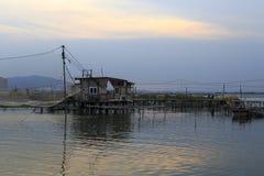 De de keetschemer van het visserijdorp Stock Afbeeldingen