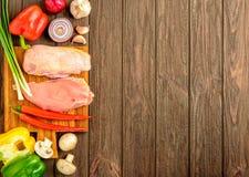 De de kippenfilet en groenten op het braden wordt voorbereid die Vlak leg Stock Fotografie