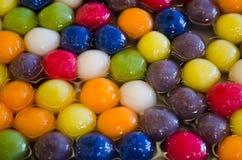 De de kleurenbal van Kanombualoy in stroop traditioneel Thais dessert toont in het voedselmarkt van Bangkok Royalty-vrije Stock Foto