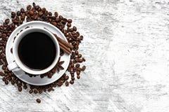 De de koffiekop en bonen, de pijpjes kaneel, de noten en de anijsplant spelen in sa mee Royalty-vrije Stock Fotografie
