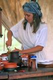 De de kokschotels van de Reenactorvrouw in Borodino vechten het historische weer invoeren in Rusland Stock Foto