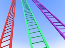 De de laddersconcurrentie van het succes aan de duidelijke blauwe hemel Stock Foto