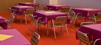 De de lege stoelen en lijsten van het restaurant Royalty-vrije Stock Afbeelding