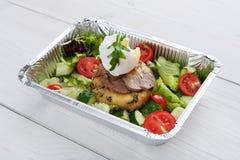 De de leveringsclose-up van het restaurantvoedsel, stroopte ei met vlees Stock Afbeelding