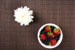 De de lichte bloem en Bessen van het Ontbijt op een lijst Stock Foto's
