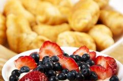 De de lichte croissanten en Bessen van het Ontbijt op een lijst Stock Afbeelding