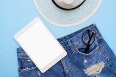 De de manierkleren en toebehoren met vlakke tablet, leggen Royalty-vrije Stock Foto