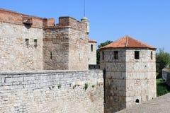 De de middeleeuwse Muren en Toren van de Vesting Stock Fotografie