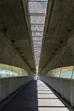 De de moderne wegverbinding en Pedestrianized-weg zijn onder autosnelweg Stock Afbeelding