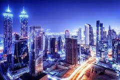 De de nachtscène van de binnenstad van Doubai royalty-vrije stock afbeeldingen