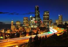 De de nachtscène van de binnenstad van Seattle stock foto's