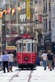 De de Nostalgietram van Taksimtunel rolt langs de istiklal straat en de mensen voort bij istiklal weg Istanboel, Turkije Stock Fotografie