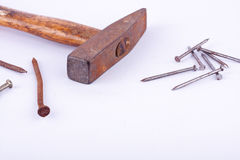 de de oude die hamer en roest van de roestkopspijker nagelen kopspijker op wit geïsoleerd hulpmiddel wordt gebruikt als achtergro Stock Foto