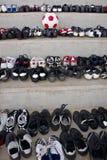 De de oude Laarzen van het Voetbal & Bal van de Gelijke Stock Foto