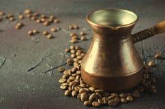 De de oude pot en bonen van de koperkoffie op donkere rustieke achtergrond Stock Fotografie