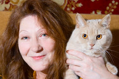 De de oude vrouw en kat van het portret Stock Fotografie