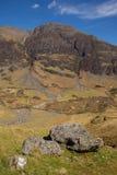 De de overweldigende bergen en nauwe vallei van Glencoeschotland het UK in Schotse Hooglanden Royalty-vrije Stock Foto