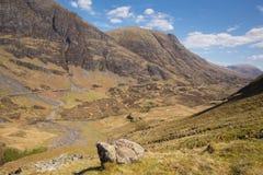 De de overweldigende bergen en nauwe vallei van Schotland Glencoe het UK in Schotse Hooglanden Stock Fotografie