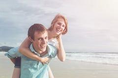 De de paarmensen of toerist van Europa met gelukkig en ontspannen tijd o stock foto