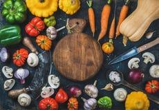 De de plantaardige ingrediënten en messen van de dalingsoogst voor het gezonde koken Stock Afbeelding